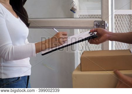 The Sender Holds A Box Prepared To Deliver To The Commander And Sign The Recipient In The Board.