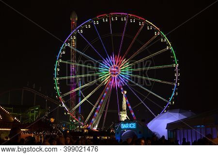 London, England -18  December, 2016: Big Wheel In The Christmas Market Of The Hyde Park's Winter Won