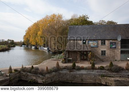 The Riverside Pub On The River Thames In Lechlade, Gloucestershire In The Uk, Taken 19th October 202