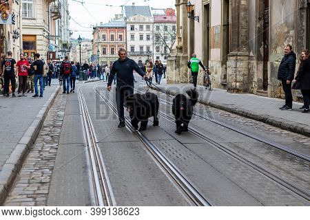 Lviv, Ukraine - October 24, 2020: A Narrow Cobblestone Street With A Path In The Historic Center Of
