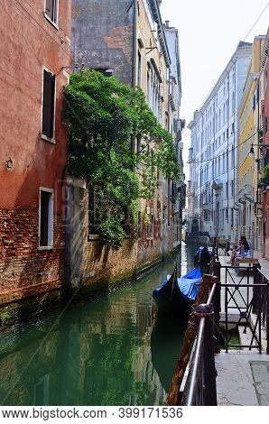 Venice, Italy - Sept 25, 2014: Venice Canal At Sunrise. Tourists From All The World Enjoy The Histor