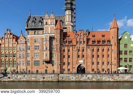 Gdansk, Poland - Sept 9, 2020: Motlawa To The Brama Mariacka Gate. The Gate Was Built In Late Gothic