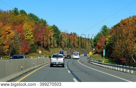 Allentown, Pennsylvania, U.s.a - October 17, 2020 - The View Of The Traffic On Interstate 476 South