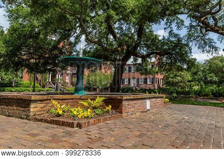 Savannah, Ga / Usa - April 22, 2016: The Wormsloe Fountain Is Located On Columbia Square In Savannah