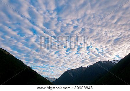Nuvens Stratus nas montanhas de noite