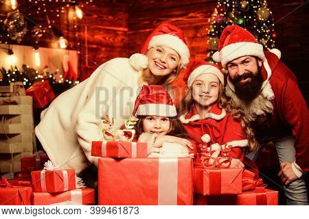 Happy Holidays. Spend Time With Your Family. Friendly Family Winter Vacation. Family Tradition. Pare