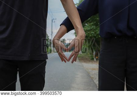 Lovers Show Love For Everyone To Get To Know