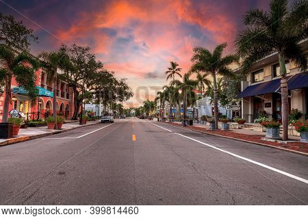 Naples, Florida, Usa - September 22, 2018: Sunrise Over The Third Street Shopping District In Old Na