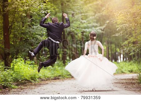 Running wedding couple