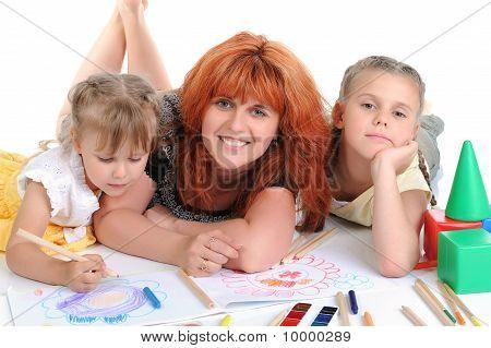 Gelukkig moeder met haar dochters.