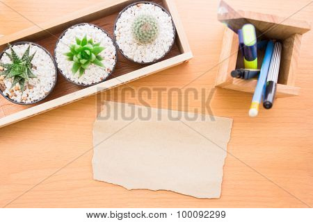 The paper on the desk can enter text and stationery elements put on the table is very beautiful. vin