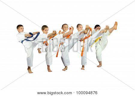 Five children beats kick mae-geri