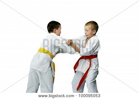 Paired exercises judo in performing athletes in judogi