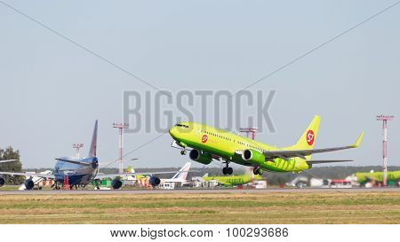 Green Boeing 737-8Gj S7 Airlines