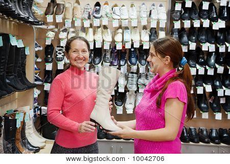 zwei Frauen wählt-Höhen-Aufladungen
