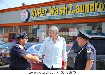 Mayor de Blasio greets NYPD officers
