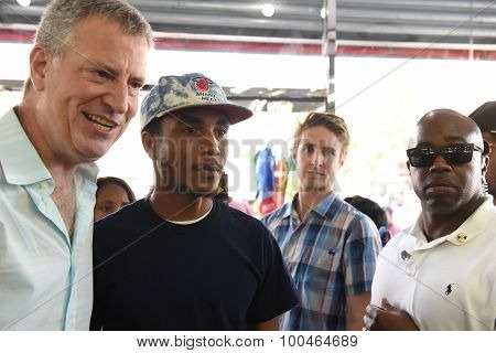 Mayor de Blasio with salon customers