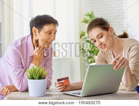 a women doing online shopping