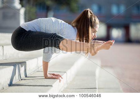 Street Yoga: Tittibhasana