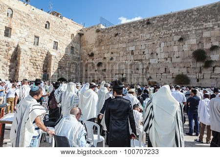 JERUSALEM, ISRAEL - OCTOBER 12, 2014:  Morning autumn Sukkot. Hhuge crowd of faithful Jews wearing white prayer shawls and black long-skirted coats