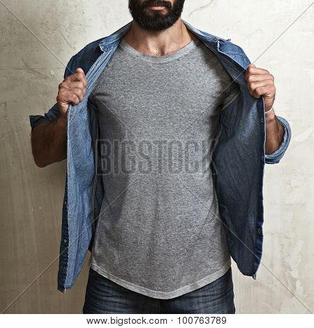 Muscular guy wearing blank grey t-shirt