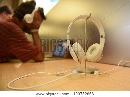 While headphones on rack