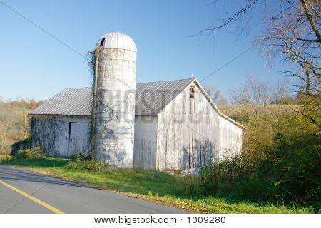 Silo y granero abandonado