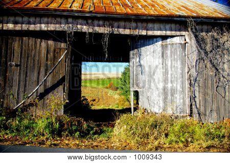 Vista a través de un granero vacío