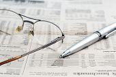 Постер, плакат: Business newspaper and glasses