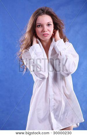 一个迷人的年轻女士工作室的肖像枪杀