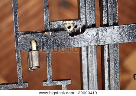 带锁的铁箅子