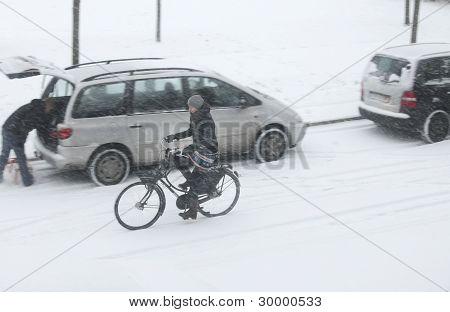 骑自行车在大雪