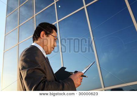 商人持有记事本前端办公室