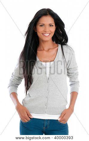 Hermosa mujer Latina sonriendo y mirando a cámara, aislado sobre fondo blanco