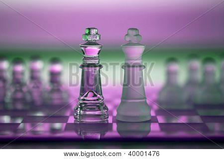 Schach-Könige als Business Konzept Serie Wettbewerb, treffen, Merge, überleben.