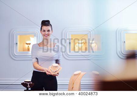 Retrato de mujer exitosa - dueño de pequeño negocio de joyería