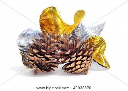 Einige Tannenzapfen und hügeligen goldene und Silberne Garland auf weißem Hintergrund