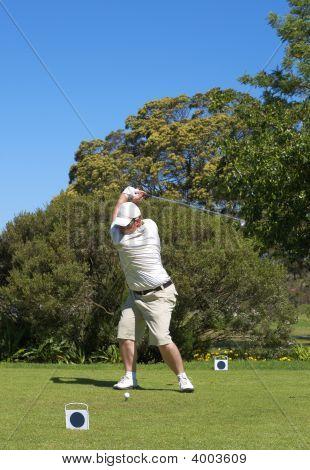 Golfista na caixa do Tee