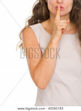 Closeup, mulher mostrando o Shh... Gesto