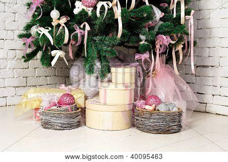 Árvore de Natal presentes sob o abeto