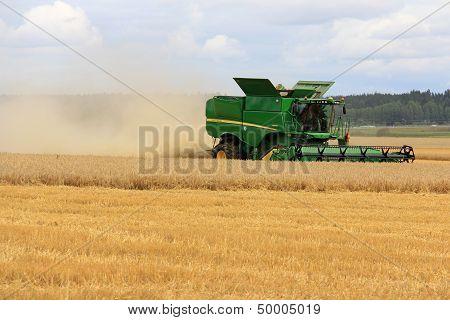 John Deere Combine S670I Harvesting Barley