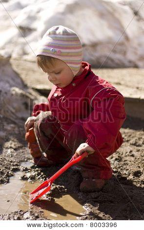 Kind spielen im Schlamm