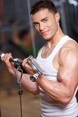 foto of fitness man body  - Handsome man at the gym doing exercises - JPG