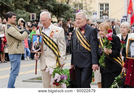 War Veterans Laid Flowers At The Monument