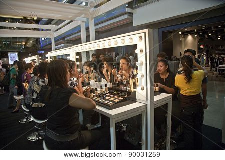 Cosmetic Company Amway Sponsores A Makeup Course