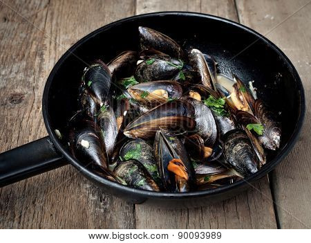 Mussels cooked with white wine sauce