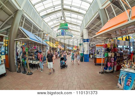MIAMI,USA - AUGUST 5,2015 : Shoppers at the Bayside Marketplace  in Miami