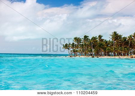 Idyllic tropical island and turquoise ocean water in Bahamas