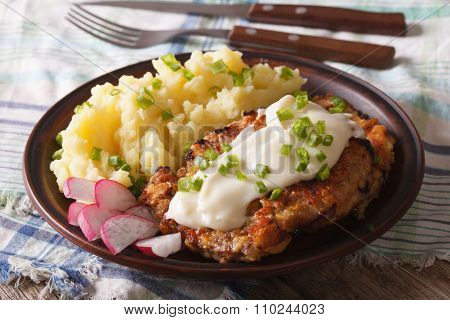 American Food: Country Fried Steak And White Gravy Close-up Horizontal