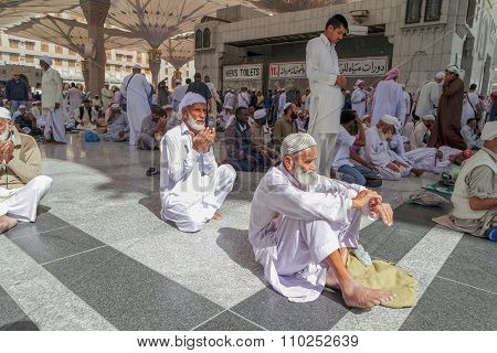Unidentified People Are Reciting Doa And Al-quran At The Nabawi Mosque